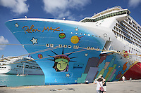 Norwegian Breakaway im Hafen von Bridgetown, Barbados