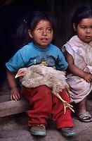 Amérique/Amérique du Sud/Pérou/Env d'Urubamba : L'Acienda a Yaraulca - Jeune indienne et sa poule