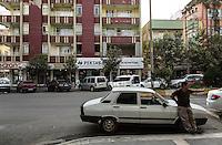 Vue des rues d'Adiyaman. Elles sont chargées de symboles turcs nationalistes ou de signes religieux.
