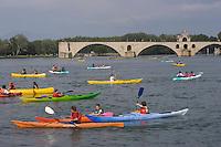 Europe/France/Provence-Alpes-Cote d'Azur/Vaucluse/Avignon: le fleuve Rhône et le pont Saint Bénezet lors de la fète du nautisme