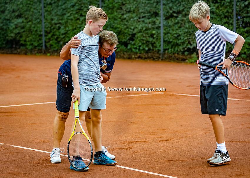 Hilversum, Netherlands, August 8, 2018, National Junior Championships, NJK, Umpire makes a disicion on a dispuut<br /> Photo: Tennisimages/Henk Koster