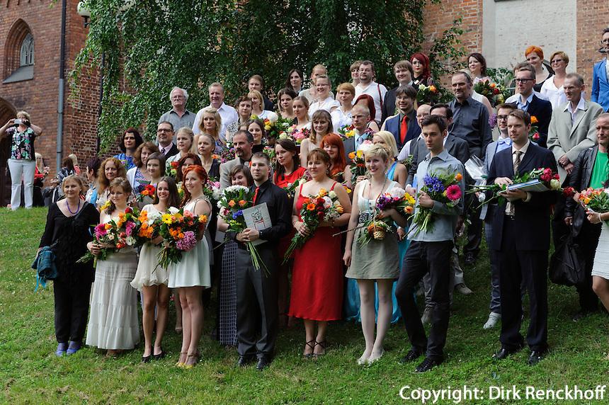 Studenten bei den Abschlussfeierlichkiten vor dem Dom in Tartu, Estland, Europa