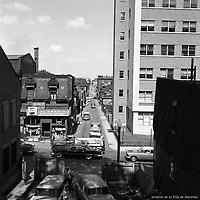 Vue vers l'est du coin des rues Saint-Urbain et de Montigny. On aperçoit le gazomètre de la compagnie Gaz Métropolitain. / Florent Charbonneau. - 26 août 1958.
