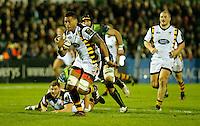 Photo: Richard Lane/Richard Lane Photography. Connacht v Wasps.  European Rugby Champions Cup. 17/12/2016. Wasps' Nathan Hughes attacks.