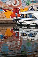 Europe/Europe/France/Midi-Pyrénées/46/Lot/Douelle:  tourisme fluvial dans la vallée du lot devant la fresque de Douelle appelée aussi mur de Douelle<br /> 1992. La plus grande peinture d'Europe : 800 m2 par Didier Chamizo. [Autorisation : 2011-106] [Autorisation : 2011-107] [Autorisation : 2011-108]