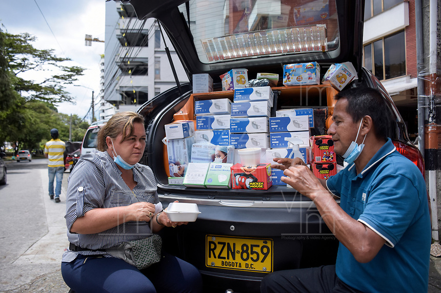 ARMENIA - COLOMBIA, 21-06-2021: Aristóbulo Rodriguez y Luz Miriam Loaiza, vendedores de tapabocas contunuan trabajando en medio de la pandemia de coronavirus en Bogotá, Colombia. Según el último informe oficial del Ministerio de Salud y Protección Social, Colombia registra 99.934 víctimas del COVID-19. Con más de 500 fallecidos en las últimas 24 horas el país espera llegar a las 100.000 víctimas hoy. / Aristóbulo Rodriguez and Luz Miriam Loaiza, sellers of face masks continue working amid the coronavirus pandemic in Bogotá, Colombia. According to the latest official report from the Ministry of Health and Social Protection, Colombia registers 99,934 victims of COVID-19. With more than 500 deaths in the last 24 hours, the country expects to reach 100,000 victims today. Photo: VizzorImage / Santiago Castro / Cont