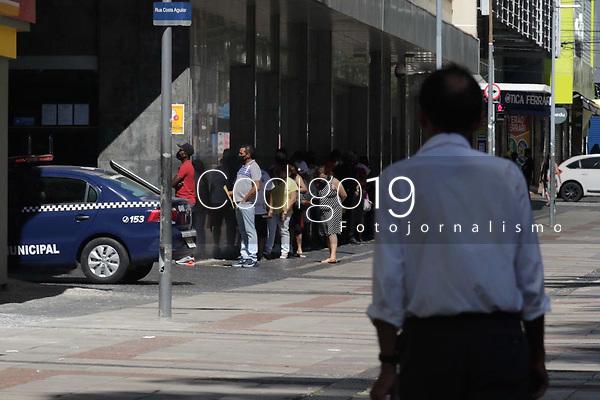 Campinas (SP), 25/03/2021 - Covid-SP - Movimentação na região central de Campinas, no interior de São Paulo, nesta quinta-feira (25). A cidade vai ampliar as medidas restritivas na quarentena a partir desta sexta-feira (26). Com as novas regras, será permitido o acesso de apenas uma pessoa por família em serviços essenciais, como supermercados e padarias, e o drive-thru será exclusivo para alimentação - comércio em geral poderá atender somente por delivery.