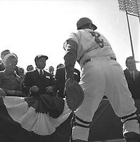 le-receveur-john-bateman-2-remet-la-balle-officielle-au-premier-ministre jean-jacques bertrand, au Match des Expos, le 14 avril 1969, <br /> au Parc Jarry