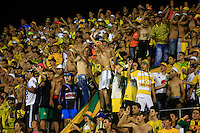 FLORIDABLANCA - COLOMBIA -14 -02-2016: Hinchas de Atletico Bucaramanga animan a su equipo, durante partido entre Atletico Bucaramanga e Independiente Santa Fe, por la fecha 3 de la Liga Aguila I 2016, jugado en el estadio Alvaro Gomez Hurtado de la ciudad de Floridablanca. / Fans of Atletico Bucaramanga cheer for their team, during a match between Atletico Bucaramanga and Independiente Santa Fe, for the date 3 between of the Liga Aguila I 2016 at the Alvaro Gomez Hurtado stadium in Floridablanca city. Photo: VizzorImage. / Duncan Bustamante / Cont