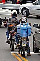 Transporte de água em motocicleta, Perdizes. São Paulo. 2004. Foto de Juca Martins.