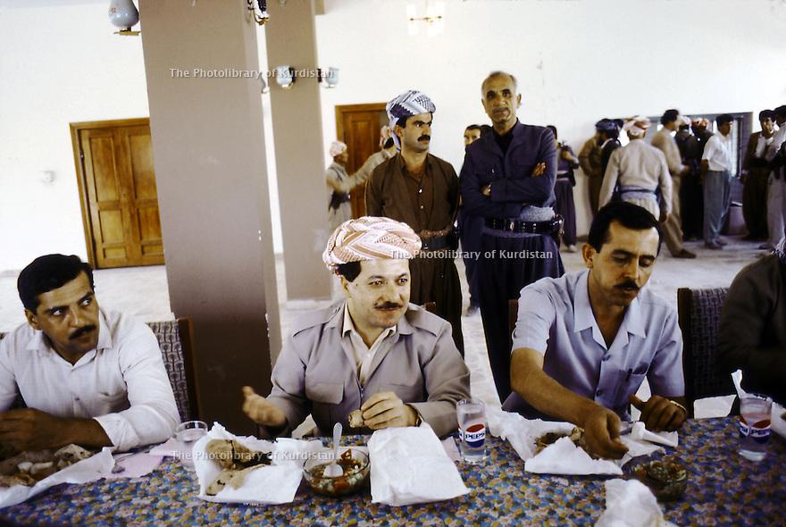 Irak 1991    Réunion du front du Kurdistan a Shaklawa, le dejeuner avec Masoud Barzani    Iraq 1991  Meeting of the Kurdish front in Shaklawa, lunch with Masoud Barzani