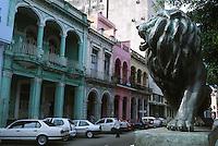 Amérique Centrale/Cuba/La Havane: Le Prado - Détail façades et balcons baroques - Architecture baroque et couleurs de l'Art Déco - Statue de Lion