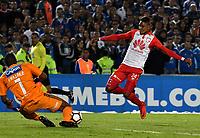 BOGOTÁ - COLOMBIA, 02-09-2018: Wuilker Fariñez (Izq.) guardameta de Millonarios (COL), disputa el balón con Arley Rodríguez (Izq.) jugador de Independiente Santa Fe (COL), durante partido de vuelta entre Millonarios (COL) y el Independiente Santa Fe (COL), de los octavos de final, llave A por la Copa Conmebol Sudamericana 2018, en el estadio Nemesio Camacho El Campin, de la ciudad de Bogotá. / Wuilker Fariñez (L) goalkeeperof Millonarios (COL), fights for the ball with Arley Rodríguez (R) player of Independiente Santa Fe, during a match of the second leg between Millonarios (COL) and Independiente Santa Fe (COL), of the eighth finals, key A for the Conmebol Sudamericana Cup 2018 in the Nemesio Camacho El Campin stadium in Bogota city. Photo: VizzorImage / Luis Ramírez / Staff.