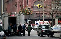 Photo d'archive de la police <br /> de Montreal,durant une alerte a la bombe, 12 Janvier 1997 au centre-ville<br /> <br /> PHOTO :  AGENCE QUEBEC PRESSE<br /> <br /> NOTE :  Il est possible de numeriser le negatif original et obtenir une meilleure qualite.