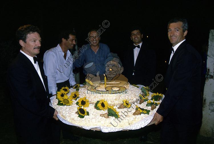 ARRIVO DELLA TORTA<br /> FESTA PER I 60 ANNI DI MAURIZIO COSTANZO<br /> MANEGGIO DI GIANNELLA  1998
