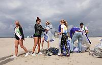 Nederland -  Velsen - 2019. Boskalis Beach Cleanup Tour. In de zomer van 2019 wordt de hele Noordzeekust weer schoon dankzij de Boskalis Beach Cleanup Tour van Stichting De Noordzee. Dit wordt gedaan om om te laten zien hoeveel afval er op de stranden ligt en in zee terechtkomt. De plasticsoep zorgt ervoor dat er jaarlijks meer dan 1 miljoen zeedieren sterven. Miss Beauty's 2019 en Miss Earth helpen vandaag mee.    Foto mag niet in negatieve / schadelijke context worden gepubliceerd.     Foto Berlinda van Dam / Hollandse Hoogte