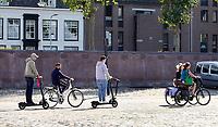 Nederland  Nijmegen  - September 2020 .   Elektrische steppen op de Waalkade   Foto : ANP/ Hollandse Hoogte / Berlinda van Dam