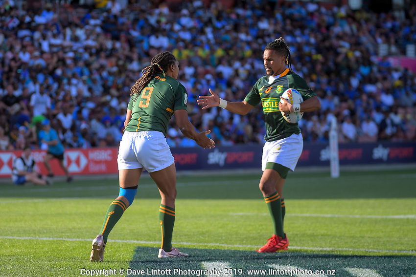 South Africa's Justin Geduld (left) scores during the men's pool match against England. Day one of the 2020 HSBC World Sevens Series Hamilton at FMG Stadium in Hamilton, New Zealand on Saturday, 25 January 2020. Photo: Dave Lintott / lintottphoto.co.nz