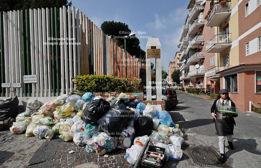 - NAPOLI 17 MAR  2014 -  Colli Aminei rifiuti della differenziata non rimossi. nella foto: viale Colli Aminei