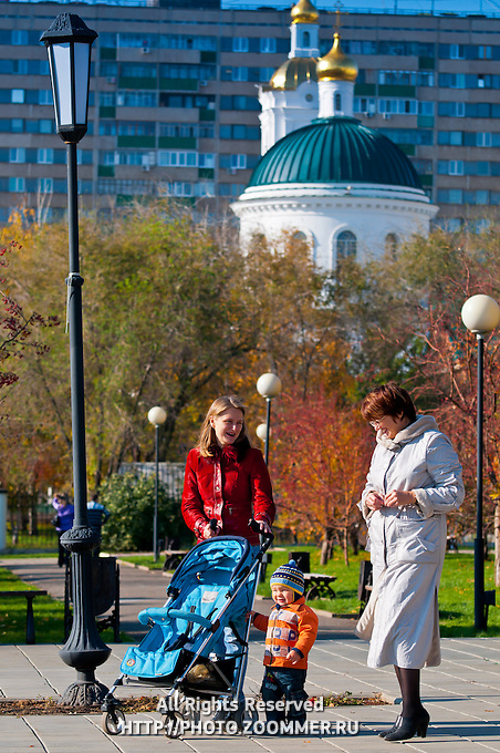 Прогулка в парке у Никольской церкви в Оренбурге