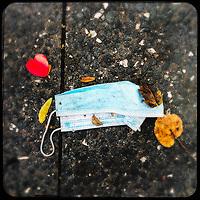 Eine gebrauchte medizinische Schutzmaske liegt auf der Strasse in Berlin.<br /> 10.10.2020, Berlin<br /> Copyright: Christian-Ditsch.de