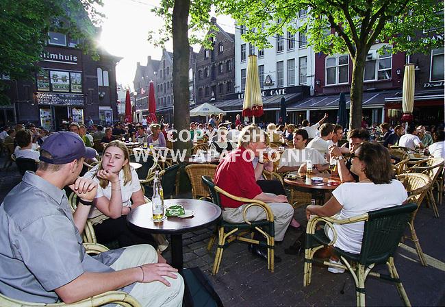 Arnhem , 110500  foto : Koos Groenewold / APA foto<br />De korenmarkt in Arnhem al tijdens Euro 2000  1 van de gezellige plekken in de stad moeten worden waar supportersgroepen elkaar kunnen treffen.<br /><br />FOTO BIJ VERHAAL JOOST ZWAGA (APA) OVER EURO 200O