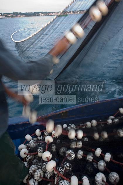 """Europe/France/Aquitaine/64/Pyrénées-Atlantiques/Pays Basque/Saint-Jean-de-Luz:  le Thonier Canneur """"Aïrosa"""" lève ses filets  pour la pêche à la sardine  qui va servir d'appat  vivant (peïta) pour la pêche au thon à la canne"""