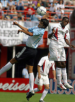 Luis Gonz‡lez, left, DaMarcus Beasley, right, Argentina vs. USA, Miami, Fla.