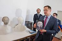 """Die Skulpturensammlung und das Museum fuer Byzantinische Kunst der Staatlichen Museen zu Berlin restaurieren derzeit 59 Kunstwerke, von denen viele im Zweiten Weltkrieg in den Flakbunker Friedrichshain ausgelagert wurden und dort schwere Schaeden durch zwei verheerende Braende erlitten haben. Unter den Skulpturen und Reliefs der Renaissance-Zeit finden sich u.a. Meisterwerke wie Donatellos """"Madonna mit vier Cherubim"""" (um 1440) und Tullio Lombardos Schildtraeger (Ende 15. Jh.).<br /> Dank der grosszuegigen Foerderung der Ernst von Siemens Kunststiftung konnte 2017 ein umfassendes Restaurierungs- und Forschungsprojekt fuer die Bestaende des Bode-Museums gestartet werden, die von den Spuren der Braende und ihrer dramatischen Geschichte in und nach dem Krieg gezeichnet sind. Im Rahmen der Initiative KUNST AUF LAGER werden adaequate Restaurierungs- und Ergaenzungsmassnahmen erarbeitet und durchgefuehrt – mit dem Ziel, viele dieser Hauptwerke nach mehr als 70 Jahren wieder der Oeffentlichkeit praesentieren zu koennen.<br /> Im Bild: Die restaurierte Bueste """"Bildnis einer Prinzessin von Neapel"""". Enstanden um 1470.<br /> Julien Chapuis, Leiter der Skulpturensammlung und Museum fuer Byzantinische Kunst – Staatliche Museen zu Berlin, erklaert Journalisten die Arbeit der Wiederherstellung.<br /> Links: Neville Rowley, Kurator fuer italienische Kunst vor 1500 an der Gemaeldegalerie und Skulpturensammlung.<br /> Rechts: Martin Hoernes, Generalsekretaer der Ernst von Siemens Kunststiftung.<br /> 10.4.2018, Berlin<br /> Copyright: Christian-Ditsch.de<br /> [Inhaltsveraendernde Manipulation des Fotos nur nach ausdruecklicher Genehmigung des Fotografen. Vereinbarungen ueber Abtretung von Persoenlichkeitsrechten/Model Release der abgebildeten Person/Personen liegen nicht vor. NO MODEL RELEASE! Nur fuer Redaktionelle Zwecke. Don't publish without copyright Christian-Ditsch.de, Veroeffentlichung nur mit Fotografennennung, sowie gegen Honorar, MwSt. und Beleg. Konto: I N G - D i B a, IB"""