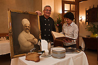 Europe/France/Rhone-Alpes/07/Ardéche/Lamastre:  Bernard et Marie-George Perrier  avec le portrait de Joseph Barattero -  Hôtel du Midi/Barattéro [Non destiné à un usage publicitaire - Not intended for an advertising use]