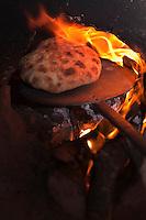 Afrique/Afrique du Nord/Maroc/Province d'Agadir/Tighanimine Elbaz: Ecolodge Atlas Kasbah - Cuisson des galettes de pain au four traditionnel