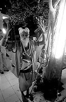 12.2003 Orissa<br /> <br /> Sadhu in a temple during a big mela.<br /> <br /> Sadhu dans un temple pendant un grand rassemblement religieux.