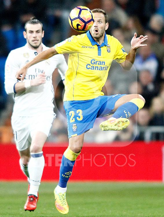 Real Madrid's Gareth Bale (l) and UD Las Palmas' Dani Castellano during La Liga match. March 1,2017. (ALTERPHOTOS/Acero)