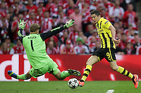 25.05.2013, Wembley Stadion, London, ENG, UEFA Champions League, FC Bayern Muenchen vs Borussia Dortmund, Finale, im Bild Duell Robert LEWANDOWSKI (Borussia Dortmund - BVB - 9) - Manuel NEUER (Torwart, Torhueter FC Bayern Muenchen - 1) // during the UEFA Champions League final match between FC Bayern Munich and Borussia Dortmund at the Wembley Stadion, London, United Kingdom on 2013/05/25. EXPA Pictures © 2013, PhotoCredit: EXPA/ Eibner/ Gerry Schmit<br /> <br /> ***** ATTENTION - OUT OF GER ***** <br /> 25/5/2013 Wembley<br /> Football 2012/2013 Champions League<br /> Finale <br /> Borussia Dortmund Vs Bayern Monaco <br /> Foto Insidefoto