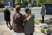 Mahnwache fuer Burak Bektas.<br /> Am Donnerstag den 5. Mai 2016 versammelten sich Angehoerige und Freunde des am 5. April 2012 ermordeten Burak Bektas in Berlin-Neukoelln an der Stelle, an der ein Unbekannter ihn 2012 erschossen hat. Der Unbekannte schoss in der Nacht zum 5. April 2012 fuenfmal wortlos auf eine Gruppe von Jugendlichen. Der 22jaehrige Burak Bektas erlag noch am Tatort seinen Verletzungen, zwei seiner Freunde wurden lebensgefaehrlich verletzt.<br /> Die Familie von Burak und Freunde forderten nach ueber zwei Jahren angeblich erfolgloser Ermittlungen der Berliner Polizei Aufklaerung ueber die Ermittlungsarbeit und etliche Ungereimtheiten bei den Ermittlungen.<br /> Rechts im Bild: Melek Bektas, die Mutter von Burak.<br /> 5.5.2016, Berlin<br /> Copyright: Christian-Ditsch.de<br /> [Inhaltsveraendernde Manipulation des Fotos nur nach ausdruecklicher Genehmigung des Fotografen. Vereinbarungen ueber Abtretung von Persoenlichkeitsrechten/Model Release der abgebildeten Person/Personen liegen nicht vor. NO MODEL RELEASE! Nur fuer Redaktionelle Zwecke. Don't publish without copyright Christian-Ditsch.de, Veroeffentlichung nur mit Fotografennennung, sowie gegen Honorar, MwSt. und Beleg. Konto: I N G - D i B a, IBAN DE58500105175400192269, BIC INGDDEFFXXX, Kontakt: post@christian-ditsch.de<br /> Bei der Bearbeitung der Dateiinformationen darf die Urheberkennzeichnung in den EXIF- und  IPTC-Daten nicht entfernt werden, diese sind in digitalen Medien nach §95c UrhG rechtlich geschuetzt. Der Urhebervermerk wird gemaess §13 UrhG verlangt.]