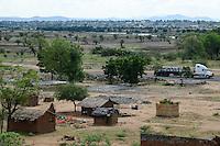 MOZAMBIQUE, Moatize, Cabanga settlement will be demolished for the extension of Rio Tinto coal mine, the peoples will be resettled in Mwaladzi 40 km away / MOSAMBIK, Moatize, fuer die Erweiterung der Benga Kohlemine von Rio Tinto, wurde 2014 an das indische Konsortium ICVL verkauft, wird die Ortschaft Cabanga abgerissen, die Bewohner werden 40 km von Moatize enfernt nach Mwaladzi umgesiedelt