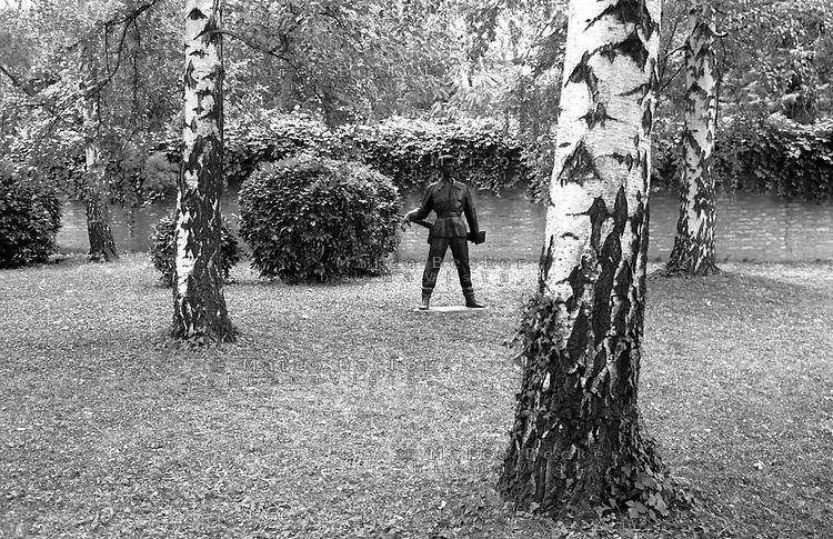 Belgrado, Mausoleo di Josep Broz Tito (Casa dei Fiori) presso il Museo della Storia della Jugoslavia. La statua di un soldato tra gli alberi del giardino --- Belgrade, Mausoleum of Josep Broz Tito (House of Flowers) at the Museum of Yugoslav History. The Statue of a soldier among the trees in the garden