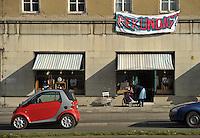 """Protest der Anwohner an der Windmühlenstraße 23-31 / Grünewaldstraße 13-19 und Brüderstraße 1-4 - die Häuser in denen sie wohnen sollen saniert werden - doch damit verliert das Viertel seinen Charme und die Wohnungen ihre Erschwinglichkeit - im Bild: das Gebäude an der Windmühlenstraße von den Bewohnern liebevoll  - Design Laden """"Tschau Tschüssi"""" dem schon gekündigt wurde.Foto: aif / Norman Rembarz..Jegliche kommerzielle wie redaktionelle Nutzung ist honorar- und mehrwertsteuerpflichtig! Persönlichkeitsrechte sind zu wahren. Es wird keine Haftung übernommen bei Verletzung von Rechten Dritter. Autoren-Nennung gem. §13 UrhGes. wird verlangt. Weitergabe an Dritte nur nach  vorheriger Absprache. Online-Nutzung ist separat kostenpflichtig.."""