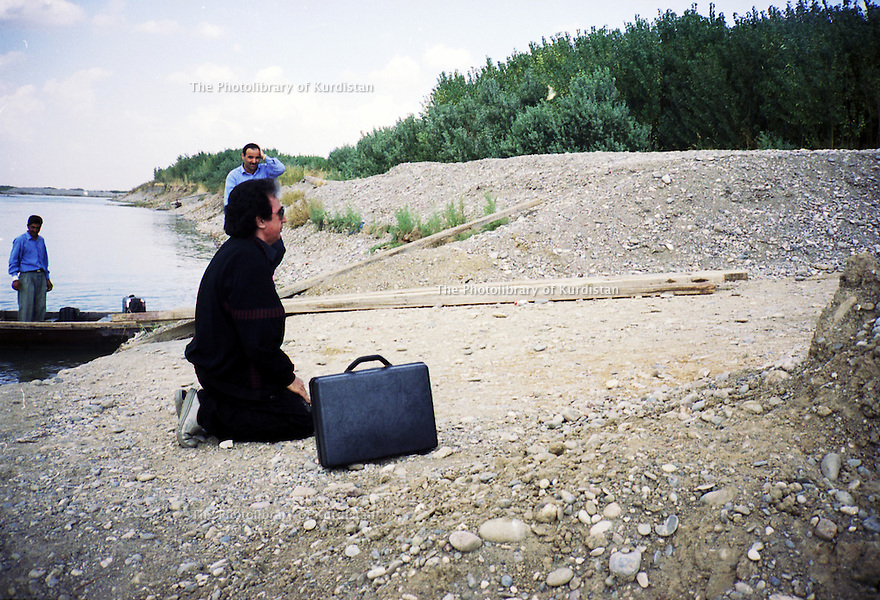 Irak 2000. Le retour au Kurdistan du chanteur Jafar Hassan.   Iraq 2000. Jafar Hassan, a Kurdish singer, coming back to his country after a long exile.