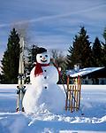 Deutschland, Bayern, Chiemgau, Winterlandschaft mit Schneemann vor Almhuette | Germany, Bavaria, Chiemgau, Winter scenery with snowman and alpine pasture hut