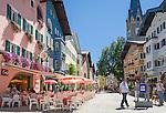 Austria, Tyrol, Kitzbuehel: town centre with cafés, restaurants, St. Catherine's Church and partial pedestrian area | Oesterreich, Tirol, Kitzbuehel-Zentrum: Vorderstadt mit Cafès, Restaurants, der Katharinenkirche und teilweiser Fussgaengerzone