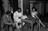 """23 février 1967. Plan rapproché sur scène, vue des coulisses, avec de gauche à droite les chanteurs George Goodman, WilliamRay, Robert Guillaume et la chanteuse Olive Moorefield, lors de la répétition de l'opéra """"Porgy and Bess"""". Observation: Répétion, au Théâtre du Capitole de l'opéra américain """"Porgy and Bess"""", Musique de geoge Gershwin, à l'occasion du 30ème anniversaire de sa mort."""