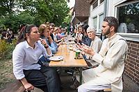 Feier zum einjaehrigen Bestehen der liberalen Ibn Rushd-Goethe Moschee in Berlin-Moabit.<br /> Die Ibn-Rushd-Goethe-Moschee ist eine liberale Moschee in Berlin. Sie wurde am 16. Juni 2017 eroeffnet. Ihre Gruendung geht massgeblich auf die Rechtsanwaeltin und Frauenrechtlerin Seyran Ates zurueck.<br /> Die Benennung der Moschee erfolgte nach dem andalusischen Arzt und Philosophen Averroes (arab. Ibn Ruschd, 1126–1198), der im Mittelalter fuer seine Kommentare zum Werk von Aristoteles bekannt war, sowie nach dem deutschen Dichter Johann Wolfgang von Goethe (1749–1832) in Wuerdigung seiner Auseinandersetzung.<br /> In der Moschee wird ein liberaler Islam praktiziert. So sollen Frauen und Maenner gemeinsam beten, auch wird die Predigt von Frauen gesprochen. Homosexuelle Maenner und Frauen sind ausdruecklich willkommen. Die Moschee steht verschiedenen islamischen Konfessionen offen stehen, darunter Sunniten, Schiiten, Aleviten und Sufis.<br /> Im Bild: Imam Dr. Ludovic Mohamed Zahed aus Frankreich mit Gaesten der Feier im Garten. Er ist der einzige offen schwul lebende Imam Europas.<br /> 15.6.2018, Berlin<br /> Copyright: Christian-Ditsch.de<br /> [Inhaltsveraendernde Manipulation des Fotos nur nach ausdruecklicher Genehmigung des Fotografen. Vereinbarungen ueber Abtretung von Persoenlichkeitsrechten/Model Release der abgebildeten Person/Personen liegen nicht vor. NO MODEL RELEASE! Nur fuer Redaktionelle Zwecke. Don't publish without copyright Christian-Ditsch.de, Veroeffentlichung nur mit Fotografennennung, sowie gegen Honorar, MwSt. und Beleg. Konto: I N G - D i B a, IBAN DE58500105175400192269, BIC INGDDEFFXXX, Kontakt: post@christian-ditsch.de<br /> Bei der Bearbeitung der Dateiinformationen darf die Urheberkennzeichnung in den EXIF- und  IPTC-Daten nicht entfernt werden, diese sind in digitalen Medien nach §95c UrhG rechtlich geschuetzt. Der Urhebervermerk wird gemaess §13 UrhG verlangt.]
