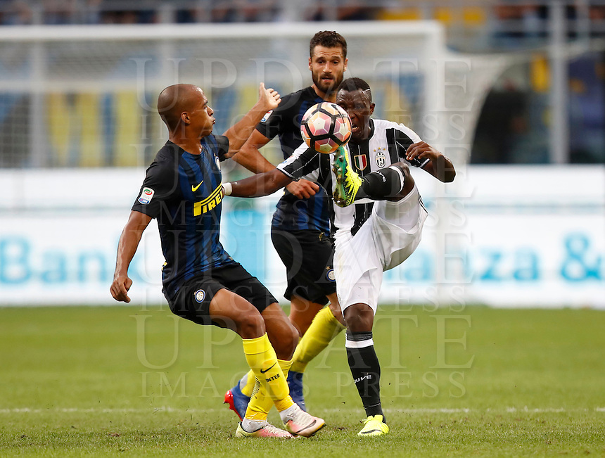Calcio, Serie A: Inter vs Juventus. Milano, stadio San Siro, 18 settembre 2016.<br /> Juventus' Kwadwo Asamoah, right, is challenged by Inter's Miranda during the Italian Serie A football match between FC Inter and Juventus at Milan's San Siro stadium, 18 September 2016.<br /> UPDATE IMAGES PRESS/Isabella Bonotto