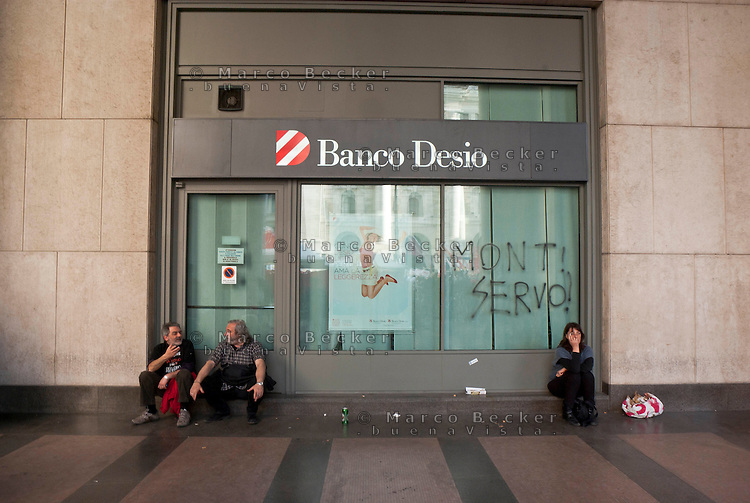"Milano, ""Occupyamo Piazza Affari"", manifestazione di protesta di partiti e organizzazioni di estrema sinistra contro la crisi economica e i provvedimenti messi in atto dal governo. La scritta ""Monti servo"" sul vetro di una banca di Banco Desio --- Milan, ""Occupy Piazza Affari"", demonstration of  extreme left parties and organizations to protest against the  economic crisis and the Government. The writing ""Monti servant"" on the window of A Bank"