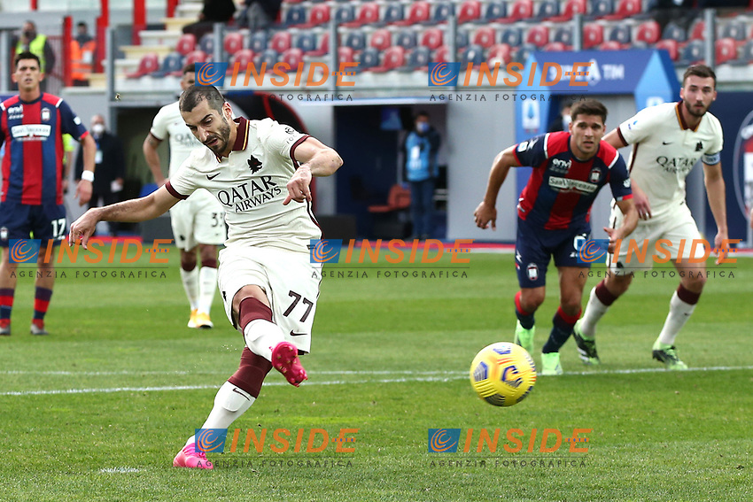 Henrikh Mkhitaryan of AS Roma scores on penalty the goal of 0-3 during the Serie A football match between FC Crotone and AS Roma at stadio Ezio Scida in Crotone (Italy), January 6th, 2020. Photo Gino Mancini / Insidefoto