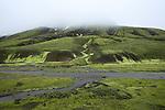 .Ballade vers la grande faille eruptive d Eldgja d une profondeur de 200 m et de 600 m de largeur. Cette fissure eruptive est la plus grande du monde. Elle mesure plus de 30 km de long..
