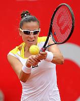 BOGOTÁ - COLOMBIA - 22-02-2013: Paula Ormaechea de Argentina, devuelve la bola a María Torro de España, durante partido por la Copa de Tenis WTA Bogotá, febrero 22 de 2013. (Foto: VizzorImage /Cont). Paula Ormaechea from Argentina returns the ball to María Torro de España, during a match for the WTA Bogota Tennis Cup, on February 22, 2013, in Bogota, Colombia. (Photo: VizzorImage / Cont.)............