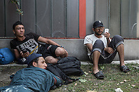 migrants n attesa a Belgrado, seduti