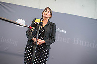 """8. Sitzung des """"1. Untersuchungsausschuss"""" der 19. Legislaturperiode des Deutschen Bundestag am Donnerstag den 26. April 2018 zur Aufklaerung des Terroranschlag durch den islamistischen Terroristen Anis Amri auf den Weihnachtsmarkt am Berliner Breitscheidplatz im Dezember 2016.<br /> Es fand an diesem Sitzungstag eine oeffentliche Anhoerung von sieben Sachverstaendigen und einem AfD-Foerderer zum Thema: """"Gewaltbereiter Islamismus und Radikalisierungsprozesse"""" statt.<br /> Im Bild: Martina Renner, Obfrau der Linkspartei im Ausschuss, beim Pressestatement.<br /> 26.4.2018, Berlin<br /> Copyright: Christian-Ditsch.de<br /> [Inhaltsveraendernde Manipulation des Fotos nur nach ausdruecklicher Genehmigung des Fotografen. Vereinbarungen ueber Abtretung von Persoenlichkeitsrechten/Model Release der abgebildeten Person/Personen liegen nicht vor. NO MODEL RELEASE! Nur fuer Redaktionelle Zwecke. Don't publish without copyright Christian-Ditsch.de, Veroeffentlichung nur mit Fotografennennung, sowie gegen Honorar, MwSt. und Beleg. Konto: I N G - D i B a, IBAN DE58500105175400192269, BIC INGDDEFFXXX, Kontakt: post@christian-ditsch.de<br /> Bei der Bearbeitung der Dateiinformationen darf die Urheberkennzeichnung in den EXIF- und  IPTC-Daten nicht entfernt werden, diese sind in digitalen Medien nach §95c UrhG rechtlich geschuetzt. Der Urhebervermerk wird gemaess §13 UrhG verlangt.]"""